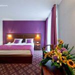 Pokoj hotelowy fioletowy