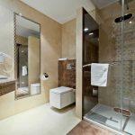 Pokoj hotelowy - łazienka, ciepłe kolory